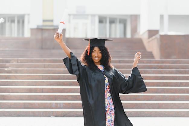 Взволнованная афроамериканка на выпускном.