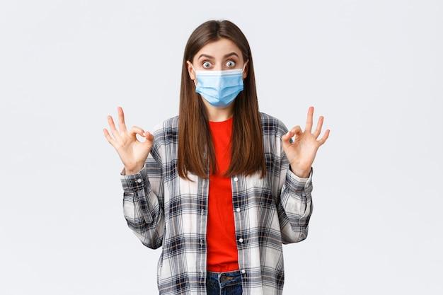 本当に良いプロモーションを見て、医療用マスクを着用して大丈夫の兆しを見せて興奮して驚いた若い女性