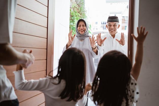 집에서 손자를 방문하는 흥분된 아시아 이슬람 조부모