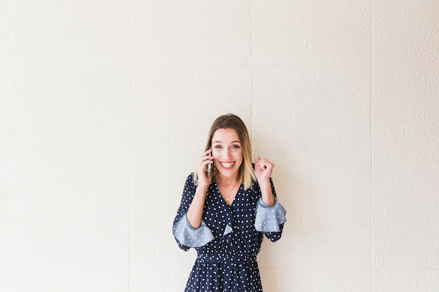 Возбужденные привлекательная молодая женщина, говорить на сотовый телефон