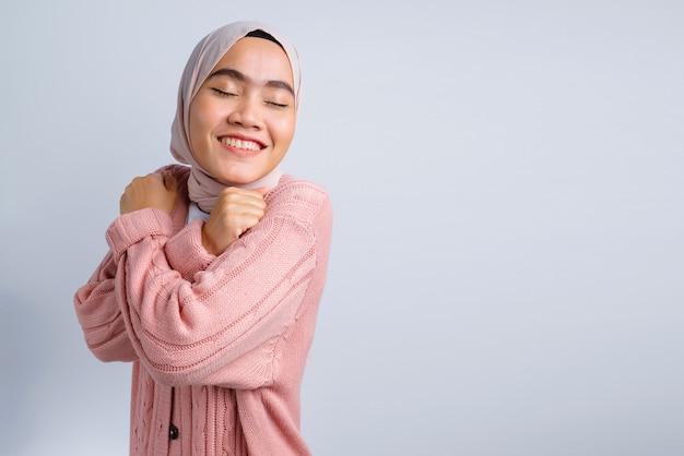 白で興奮した美しいアジアの女性