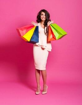 Bella eccitata per lo shopping con le borse della spesa