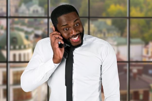 携帯電話で興奮した黒人実業家。