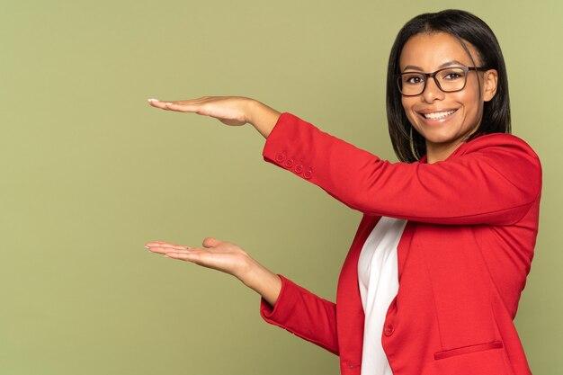 흥분한 사업가가 제품 또는 서비스 광고를 손에 들고 회의에 대한 프로젝트를 소개합니다.