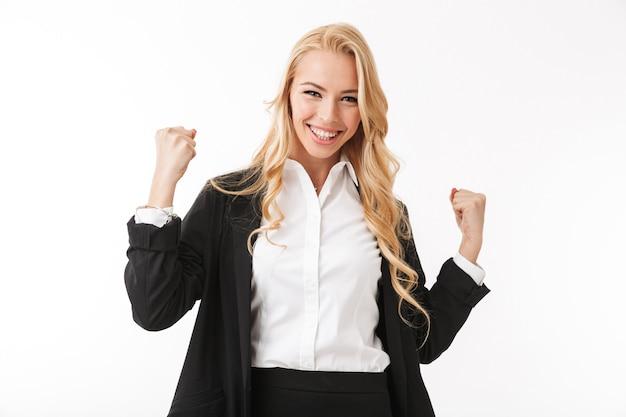 興奮している実業家は勝者のジェスチャーを作る。