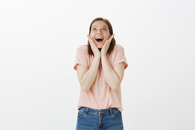 Donna allegra eccitata che si rallegra per una buona notizia incredibile