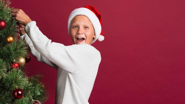 Возбужденный рождественский мальчик с копией пространства