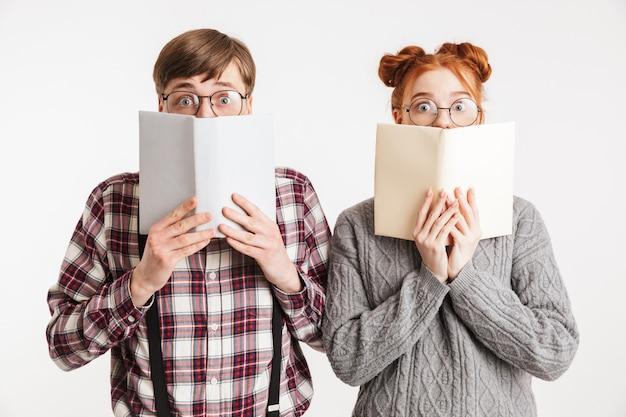 本を持って学校のオタクの興奮したカップル