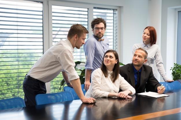 Возбужденные коллеги обсуждают новый завод