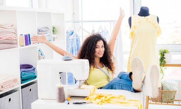 Взволнованный дизайнер в швейном ателье