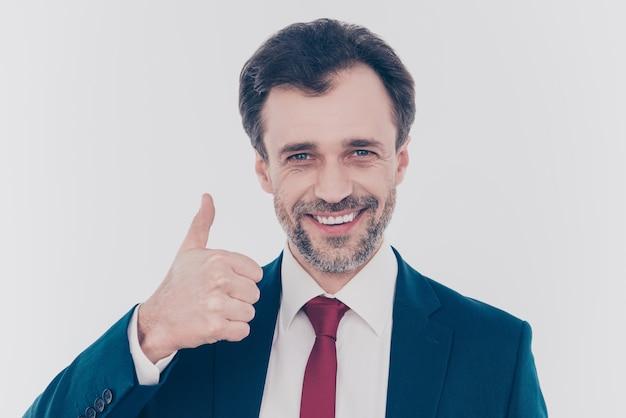 Взволнованный экономист показывает палец вверх