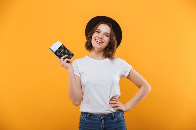 Возбужденная эмоциональная молодая женщина турист с паспортом