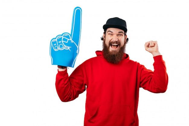Возбужденный веер, фотография бородатого мужчины, поддерживающего большую синюю веерную перчатку.