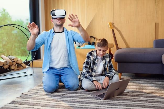 집에서 증강 된 비디오 현실 게임을하는 가상 현실 헤드셋을 테스트하는 흥분된 아버지와 아들