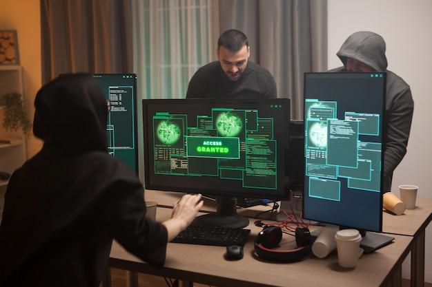 Возбужденная женщина-хакер после получения доступа после кибератаки на брандмауэр. команда хакеров.