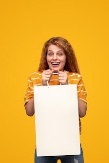 紙袋で興奮した女性の買い物中毒者