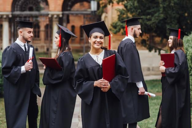 Возбужденная выпускница университета, имеющая сертификат