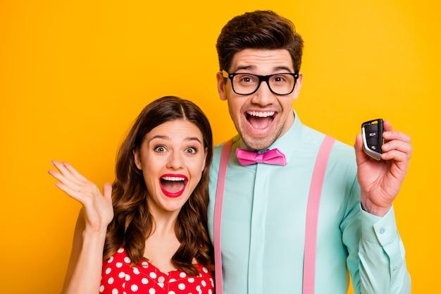 Взволнованная смешная пара купить машину ключи от дома