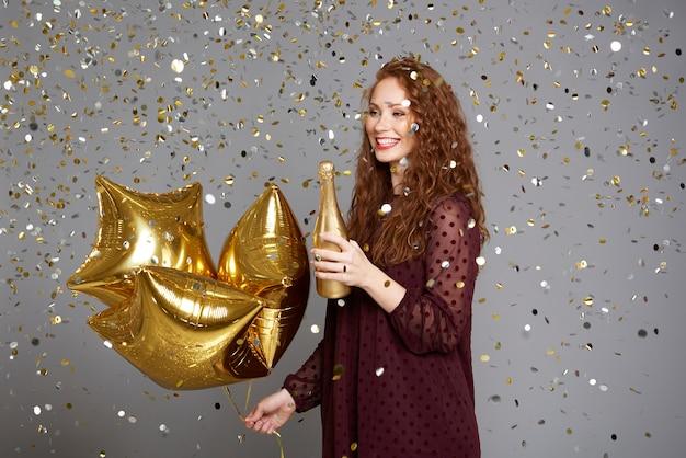 그녀의 생일을 축하하는 흥분된 소녀