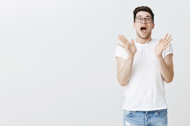 驚きから手を振って興奮している男