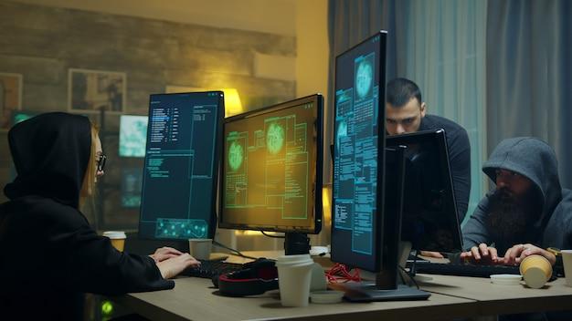 사이버 공격에 대한 액세스 권한이 부여된 후 흥분한 해커 팀. 사이버 범죄.