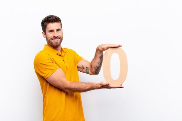 Взволнован, счастлив, радостен, держит номер 0.