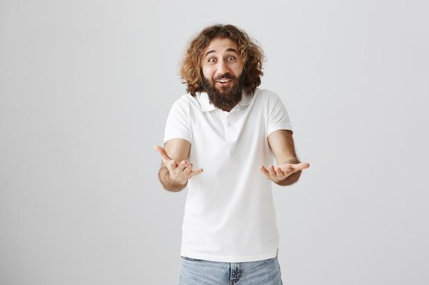 Uomo mediorientale felice eccitato che dice congratulazioni, indicando in avanti