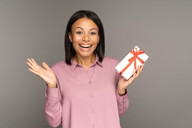흥분한 행복한 여성은 장식된 포장된 상자에 선물을 들고 생일 크리스마스 또는 새해에 선물을 받습니다.