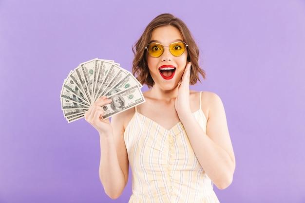 행복 한 여자 절연 된 돈을 들고 흥분