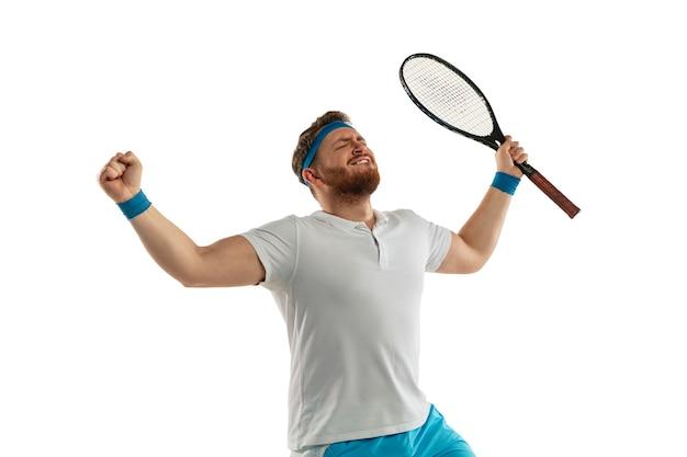 興奮した。非常に緊張したゲーム。白いスタジオの背景に分離されたプロのテニスプレーヤーの面白い感情。ゲームの興奮、人間の感情、顔の表情、スポーツコンセプトへの情熱。