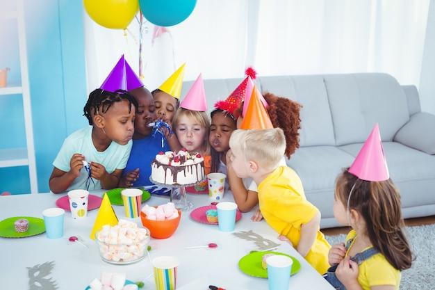 誕生日パーティーを楽しむ興奮した子供たち