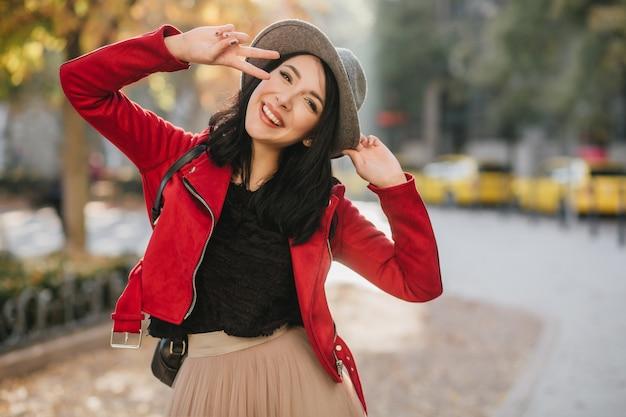 공원에서 가을 사진 촬영 중 장난하는 흥분된 아가씨
