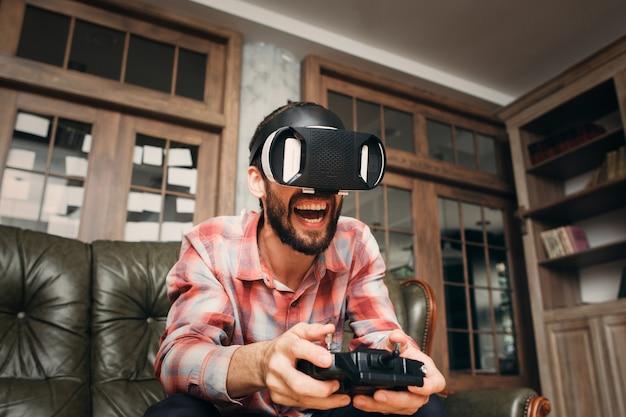 ジョイスティックでvrメガネでビデオゲームをプレイしている興奮した男。