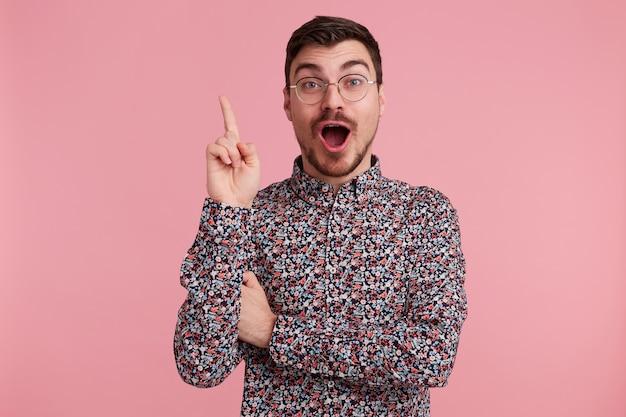 興奮した男が指を上げる。アイデアのコンセプト