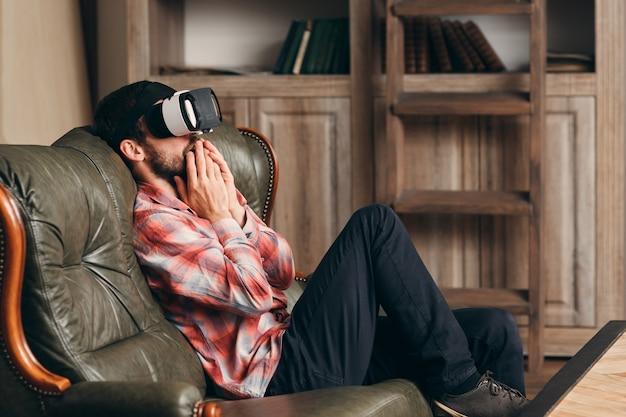 Возбужденный мужчина смотрит видео в очках vr.