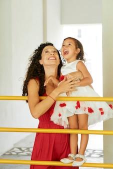들뜬 엄마와 어린 딸