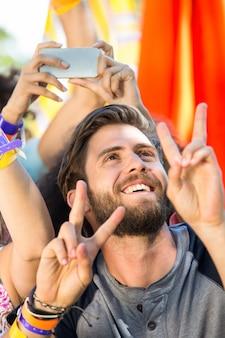 Возбужденный поклонник музыки на фестивале