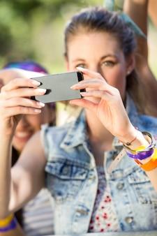Возбужденный поклонник музыки, снимающий фото