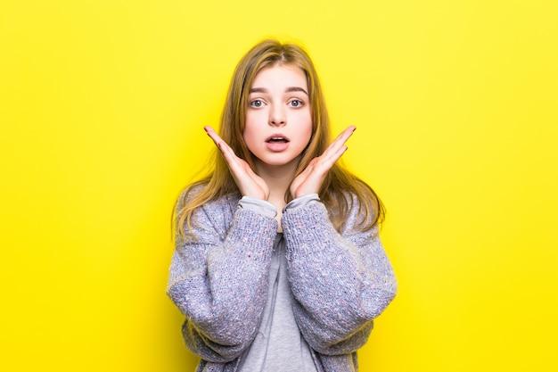 В восторге от радости. девушка-подросток в восторге от крика удивления