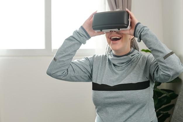 처음으로 가상 현실 헤드셋에서 비디오 게임을 하려고 하는 흥분한 임산부