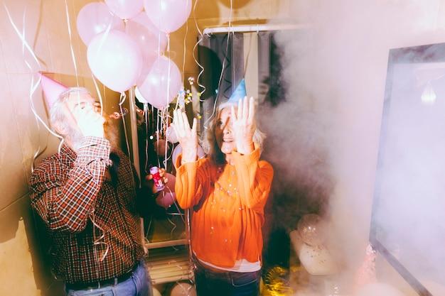 생일 파티를 즐기고 흥분된 수석 부부