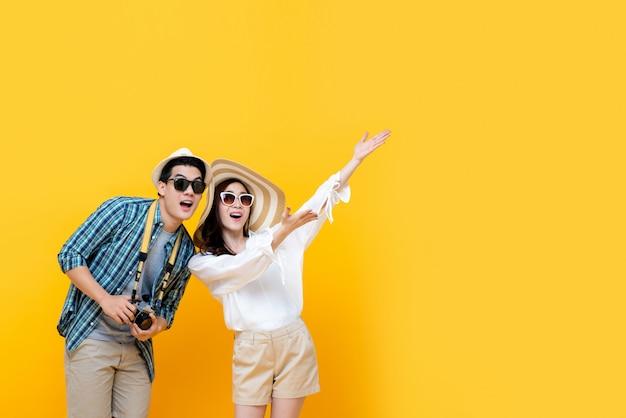 Возбужденная улыбающаяся милая азиатская туристическая пара