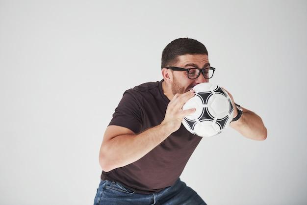 Fan di calcio emozionante con un calcio isolato su bianco