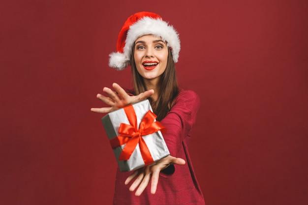 現在保持している赤いサンタクロースの衣装で興奮して驚いた女性