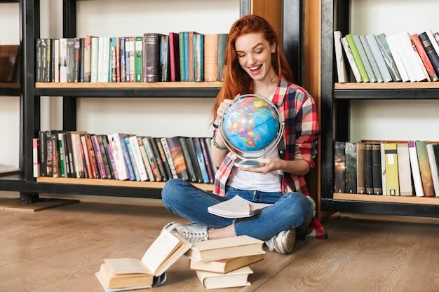 地球を抱えて興奮している10代の少女