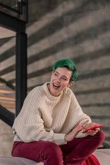 興奮する女。新しいボーイフレンドと一緒に歩く前に興奮している美しい緑の髪の女性
