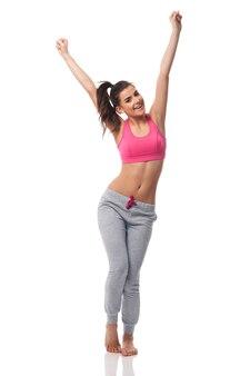 興奮した女性は彼女の食事療法の効果を祝う