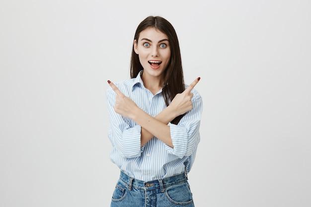 Donna eccitata incrocia le dita lateralmente, indicando due varianti