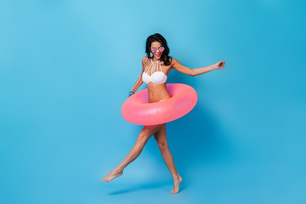 Donna emozionante che balla in bikini