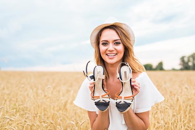 그녀가 판매에서 찾은 새 신발을 들고 흥분된 여자.